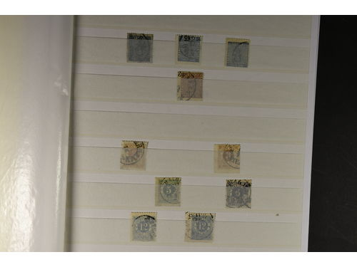 Sweden. Collection used 1858–1986 in stockbook. Three thick stockbooks. Also some MNH material in the collection (e.g. strip of 4 of Oscar II, 10 öre red). good representation of the coil stamp period. Mostly good quality. (>700)