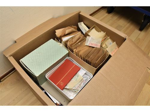 Sweden. Mostly used. Removal box with 10000's of stamps mostly in envelopes old-modern incl. much Sweden etc. Approx. 14_kg.